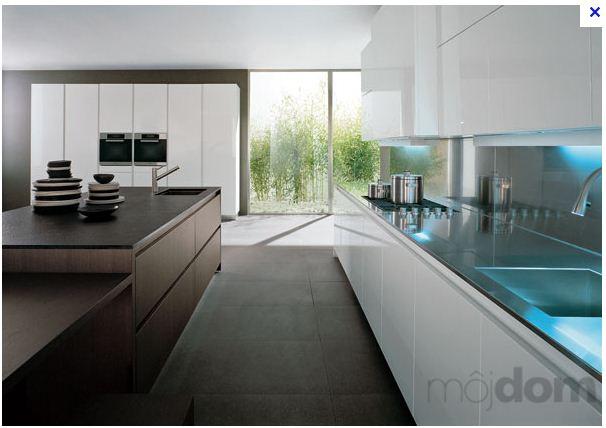 Inspiracie kuchyna - Krasne to podsvietenie linky, aj farebna kombinacia - biela a tmave drevo. :)