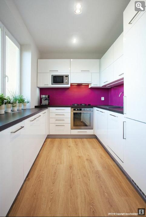 Inspiracie kuchyna - Tiez famozne farebna kuchyna, biela, tmave drevo a do toho nejaka svieza farba. Neviem ale, ci by ma neomrzela po case, muselo by sa to dat nejako zmenit. :)