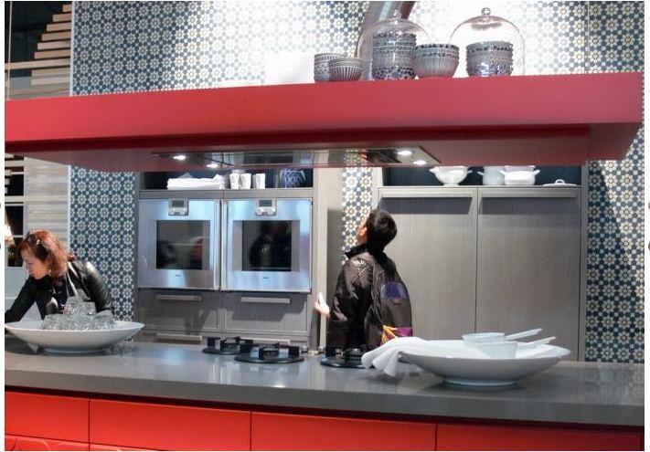 Inspiracie kuchyna - Pekne schovany digestor aj policka zaroven. :) Len tu ruru, co z neho trci, by som si predstavovala trosku inak zakrytu, nie len takto.
