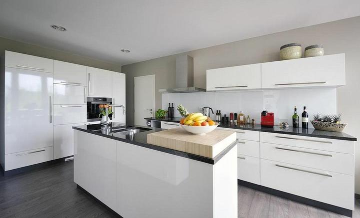 Inspiracie kuchyna - Pekna kombinacia farieb v kuchyni, len tie dvere su tam akosi zvlastne.