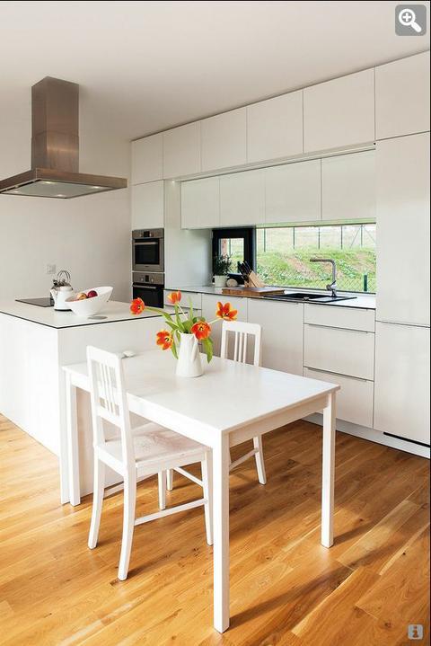 Inspiracie kuchyna - Krasna biela kuchyna..a hoci nemam moc rada taketo svetle typy podlah, k tej bielej sa tato fakt hodi.. :)