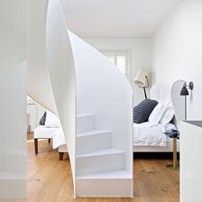 Krasne cisto vyzerajuce biele schody. :)