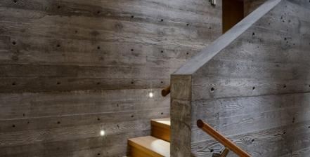 Takto nejako si predstavujem murik medzi jednotlivymi ramenami nasich schodov. :)
