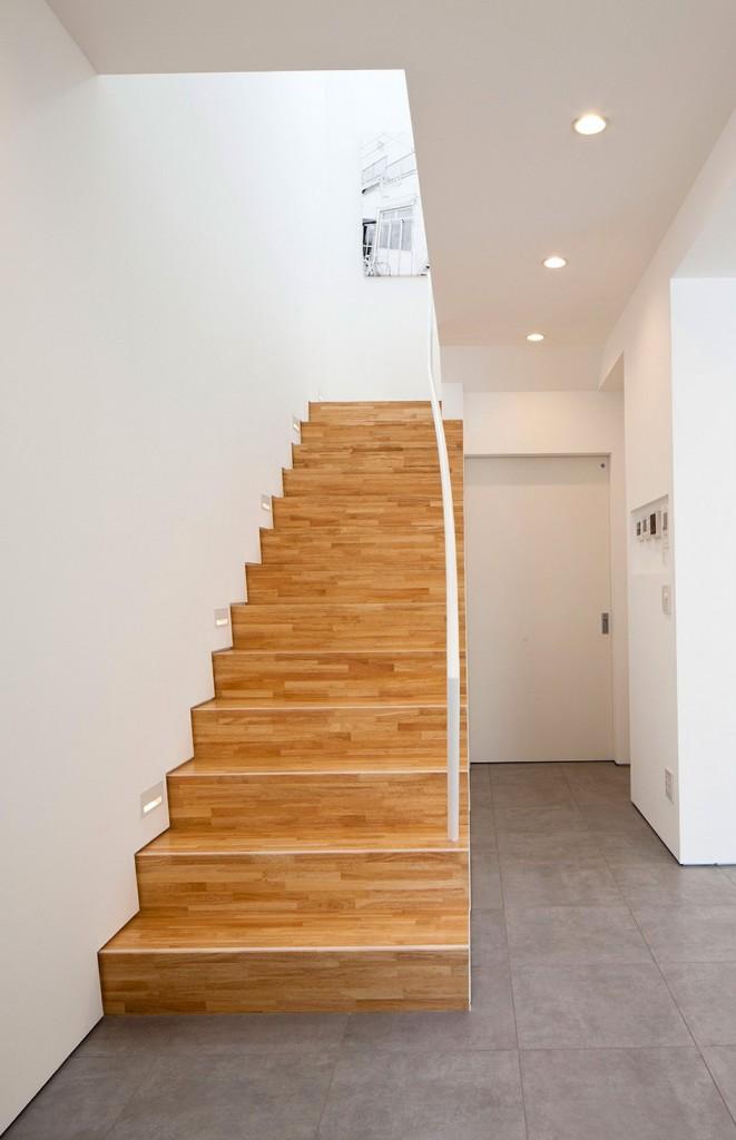 Pozor, schod-d-d-d! - Siva podlaha, drevene schody, biely interier - moze byt. :))
