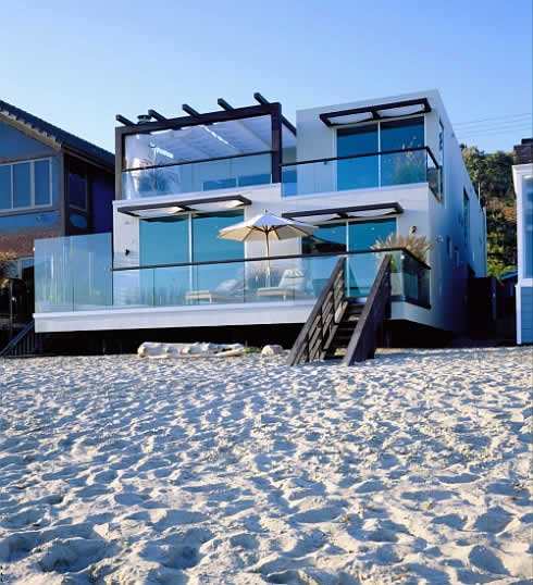 Moderne stavby - plaz priamo pod oknami