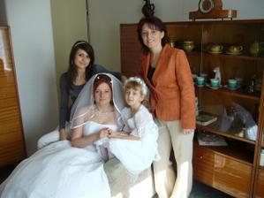 nevěsta Ivana, sestra Lenka (svědek), Terezka a Lucinka