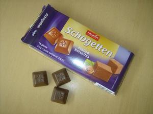 čokoládky do jmenovek, tady jsou nugátové, ale ve jmenovkách budou z hořké čokolády