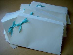 Ručně vyráběné obálky na oznámení, teď už je jen naplnit a rozdat.