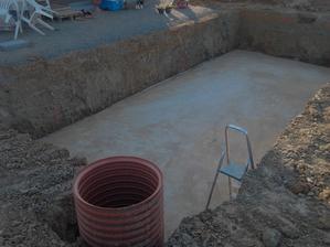 Zameteno,připraveno,dneska bude bazén v zemi.