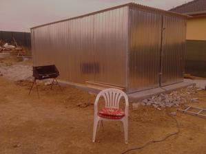 Naše nová plechová garáž ala kůlna,odkladiště atd....