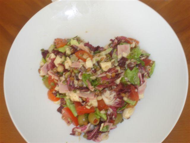 Nora a Martin - priprava na 15.3.2008 - takyto salat mi urobil v prvy tyzden nasho spolocneho byvania, uvidime ci sa po svadbe nieco zmeni..:-0