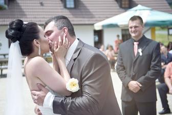 První polibek v manželství :-*