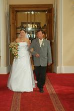 Příchod nevěsty. Tady mě viděli všichni poprvé :-)