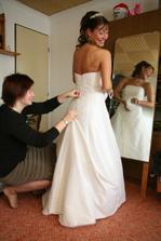 další kamarádky kouzlily malinko nervózní nevěstu.