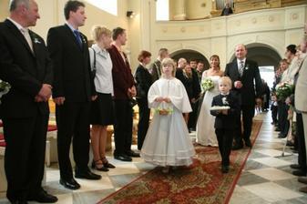 Při svatebním pochodu si dlouhou uličkou vedl pyšný tatínek nevěstu.