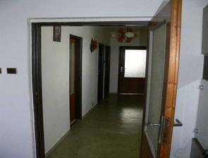 1. podlažie(najvyššie) sú tam 4 izby   kúpelka s veckom(stredné dvere)