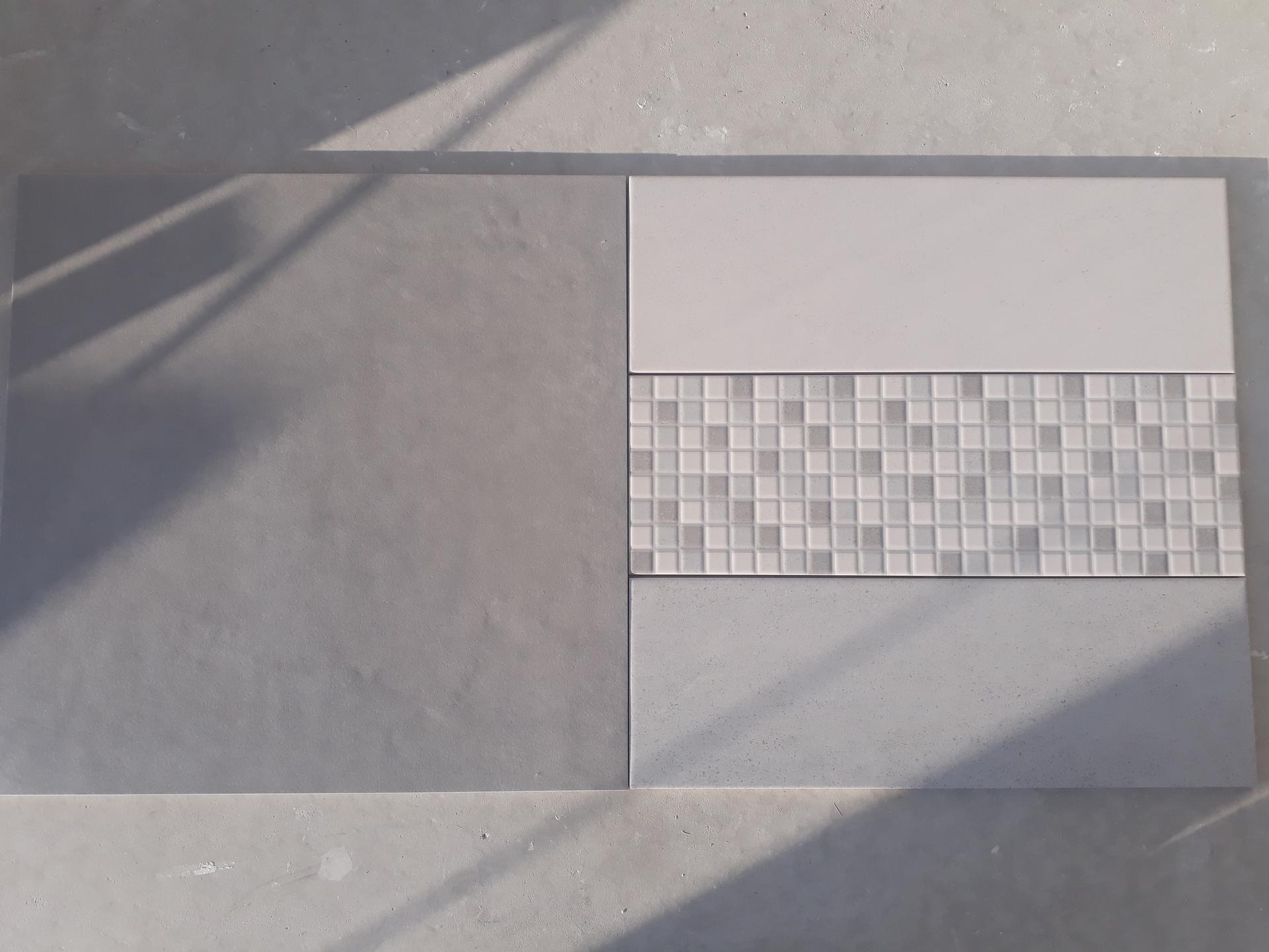 Koupelna přízemí - Vlevo dlažba Rako Extra světle šedá 60x60. Vpravo obklad Rako Form Plus světle šedá, imitace mozaiky, šedá 20x60.