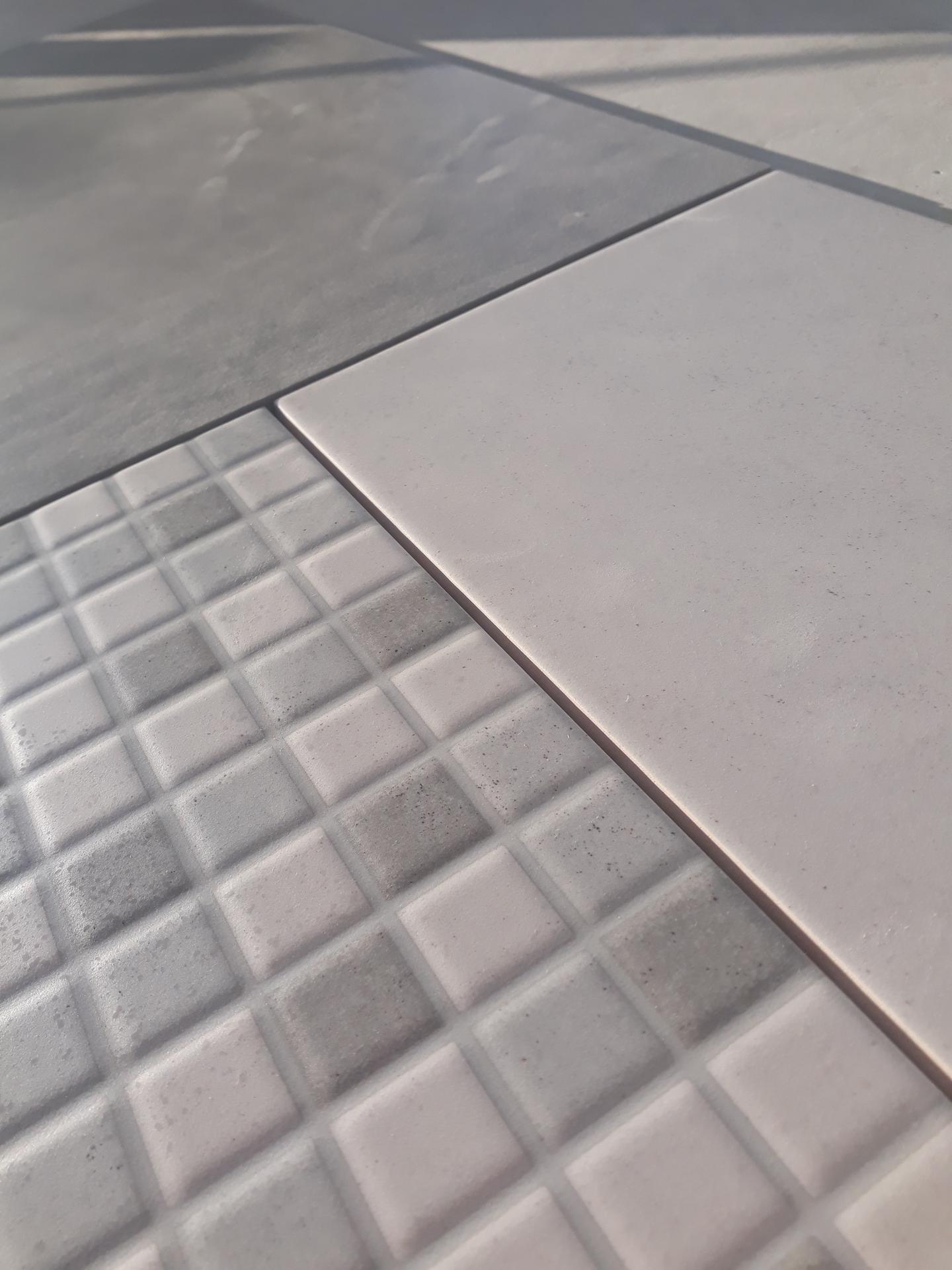 Koupelna přízemí - Mozaika a světlé šedá.