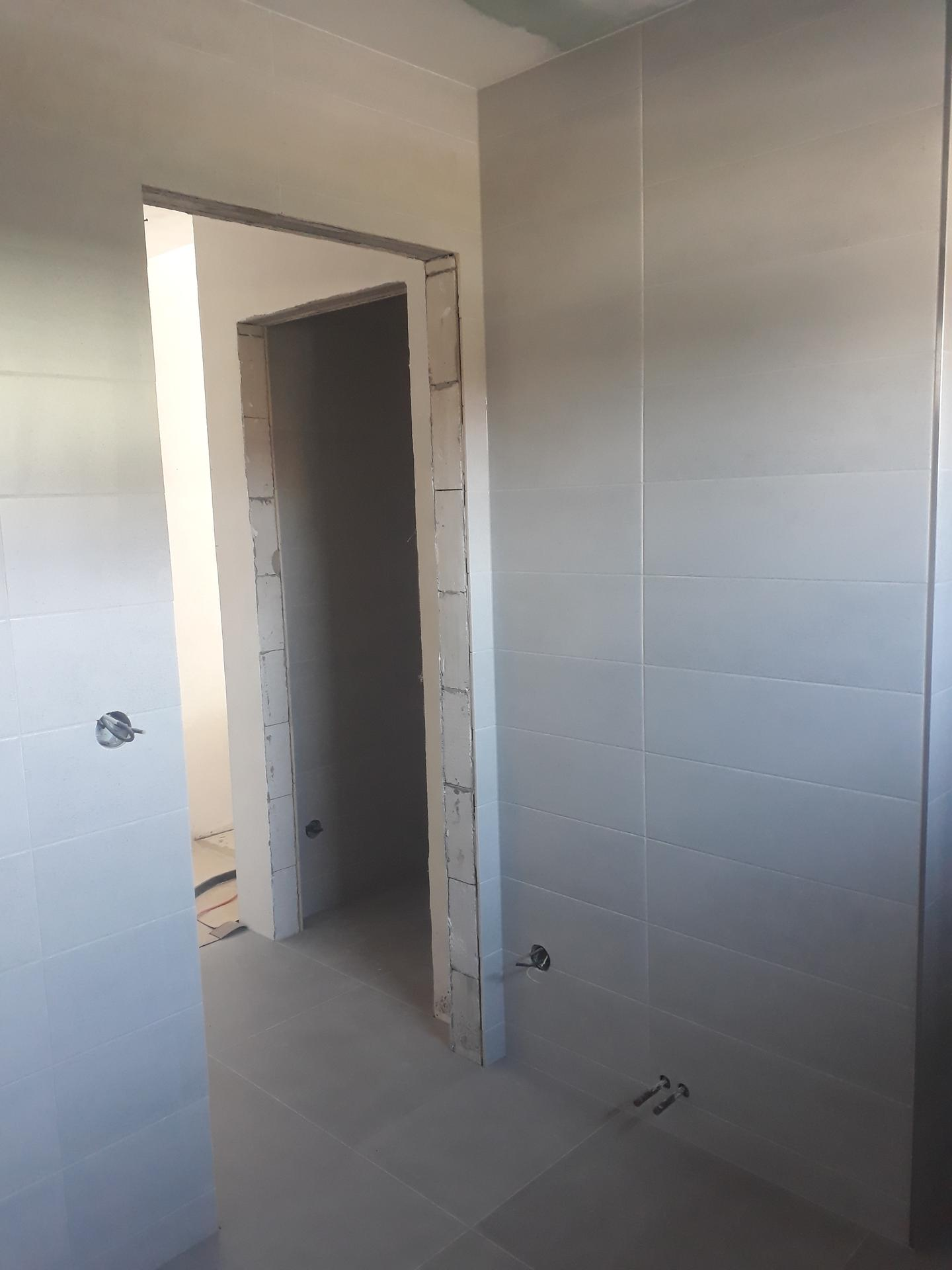 Koupelna přízemí - Pohled na chodbu a WC