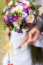 Momentka z vykoupení, které vůbec nebylo takto levné :-D ale povedené a všechny penízky jsme pak našli pod našima talířema na svatební hostině.
