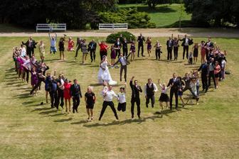 Trošku netradiční foto srdíčka všech svatebčanů - výskok a že to pár jedincům fakt šlo :-)