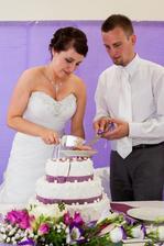 Krájení dortu nám prý trvalo přes půl hodiny! Řádně jsme se u toho taky zapotili..