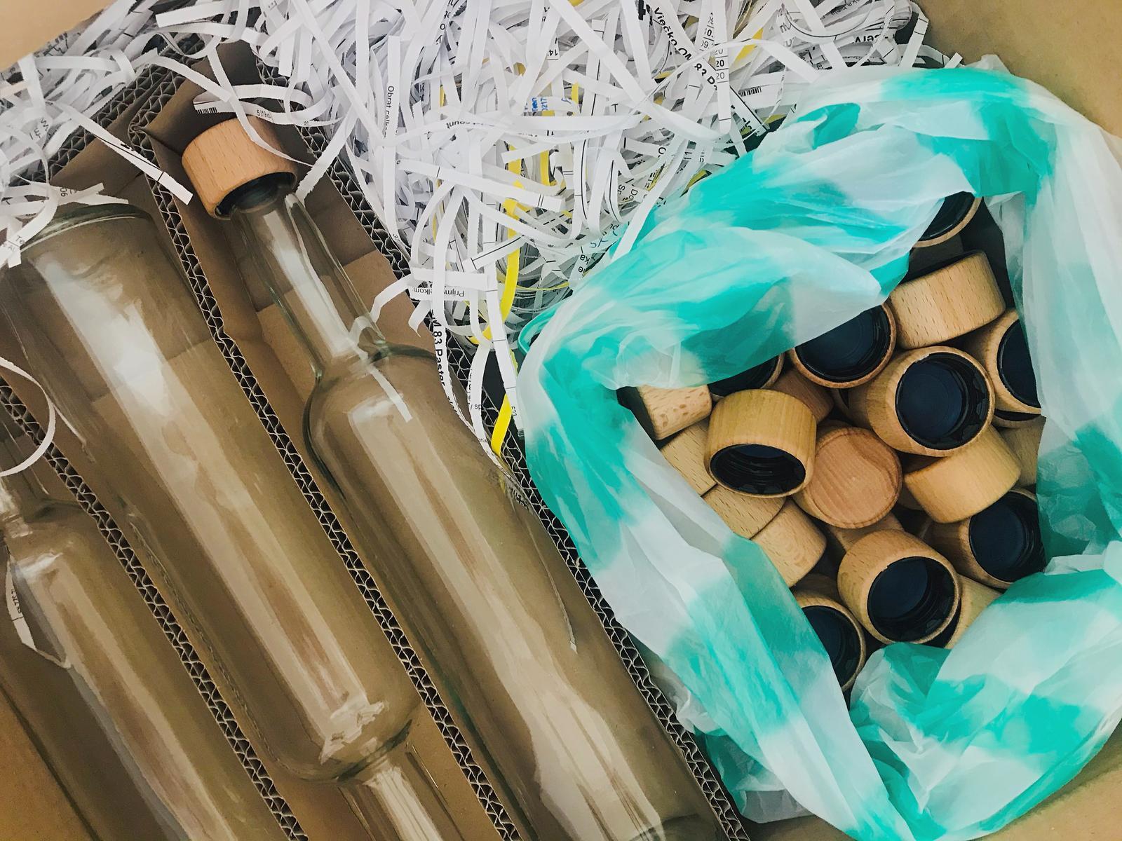 Prípravy 🌸🛍📝 - Fľaše na svadobnú slivovicu a jabĺčkovicu 🥭 🍏🍎