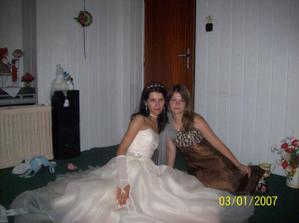 Nevěsta Ivanka a její sestra před zásahem kadeřnice...