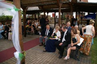 Rodičové ženicha Vaška a jeho bratr s manželkou...