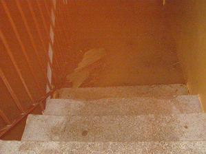 schodiště v baraku k hlavním dveřím