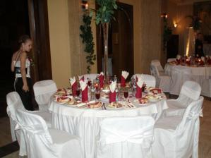 krásne pripravené stoly...podľa našich predstáv...
