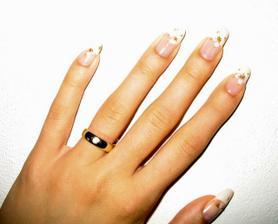 moje nehtíky, francúzka manikúra s bielo zlatými kvietkami :-)