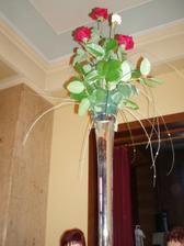 uprostred stola bola vysoká váza