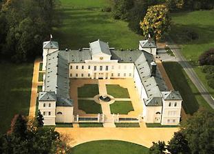 pohled ze zhora na zámek