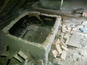 Zostatok z komína, ktorého súčasť bola aj udiareň