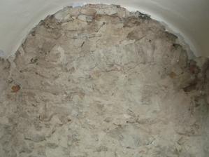 tehlovy preklad asi tu bol vchod v minulosti na fotke neni vidno ale vyzera to tak ako by tam boli kamene podokladane dodatocne