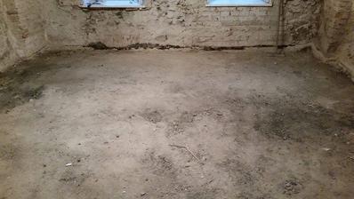 vytrhana drevena podlaha +  odstranena vrstva jemneho poteru s izolaciou (pod zeminou resp skvarou je uz hreben klenby cca 10-15 centimetrov