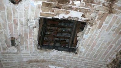 otvor do udiarne koli bezpecnosti dame dole cely strop v kupelni a nahradime klasickym stropom (a ze ked odstranis jednu tehlu z klenby tak sa zosype:)