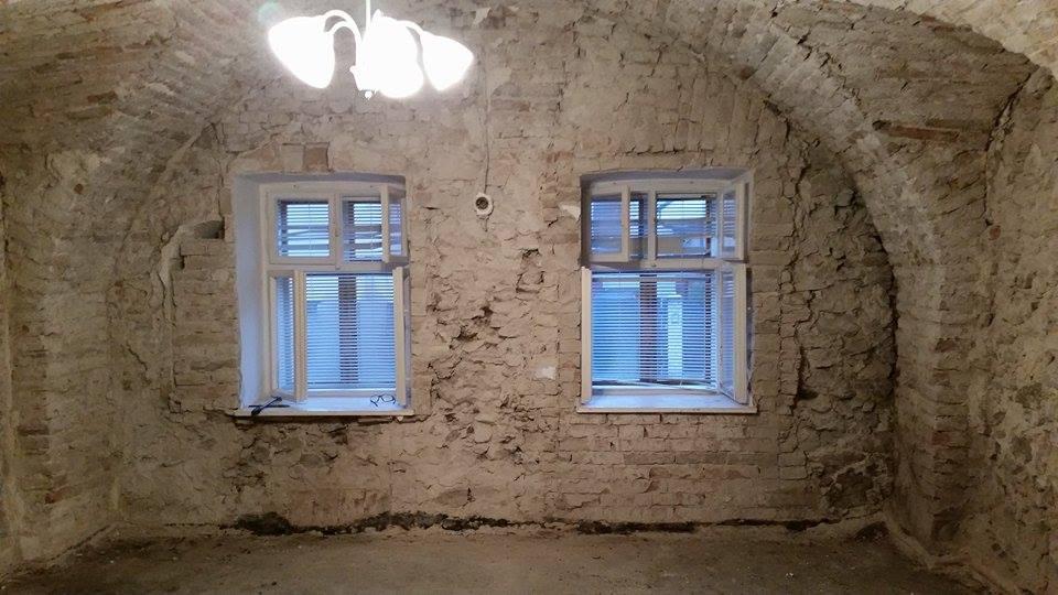 Rekonštruujeme vinohradnícky dom - Obývačka po odstránení omietky.