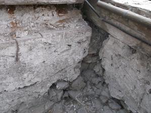poskodenie muru od ulice