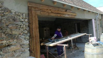 Toto je projekt, na ktorý sme sa veľmi tešili. Staré trámy z pôvodného krovu strechy ako obklad. Týmto by sme radi vyslovili obdiv aj naším majstrom, ktorí sa statočne pasujú s našimi požiadavkami.