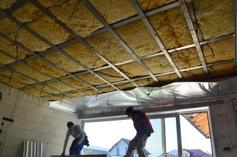 Dvaja chlapi z Oravy nám zateplili, urobili konštrukciu na sdk, položili sdk, za týždeň...klobúk dole:) max.spokojnosť.. 145 m2