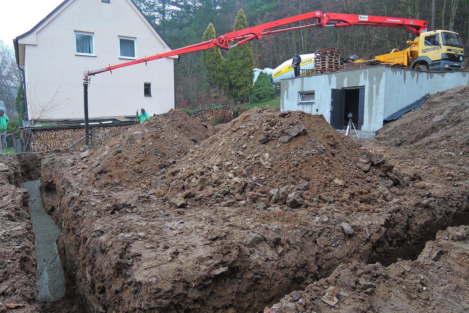 Stavba našeho bungalovu ve svahu - Základové pásy - nakonec hlubší, širší, dražší, v časovém skluzu...ale jsou!
