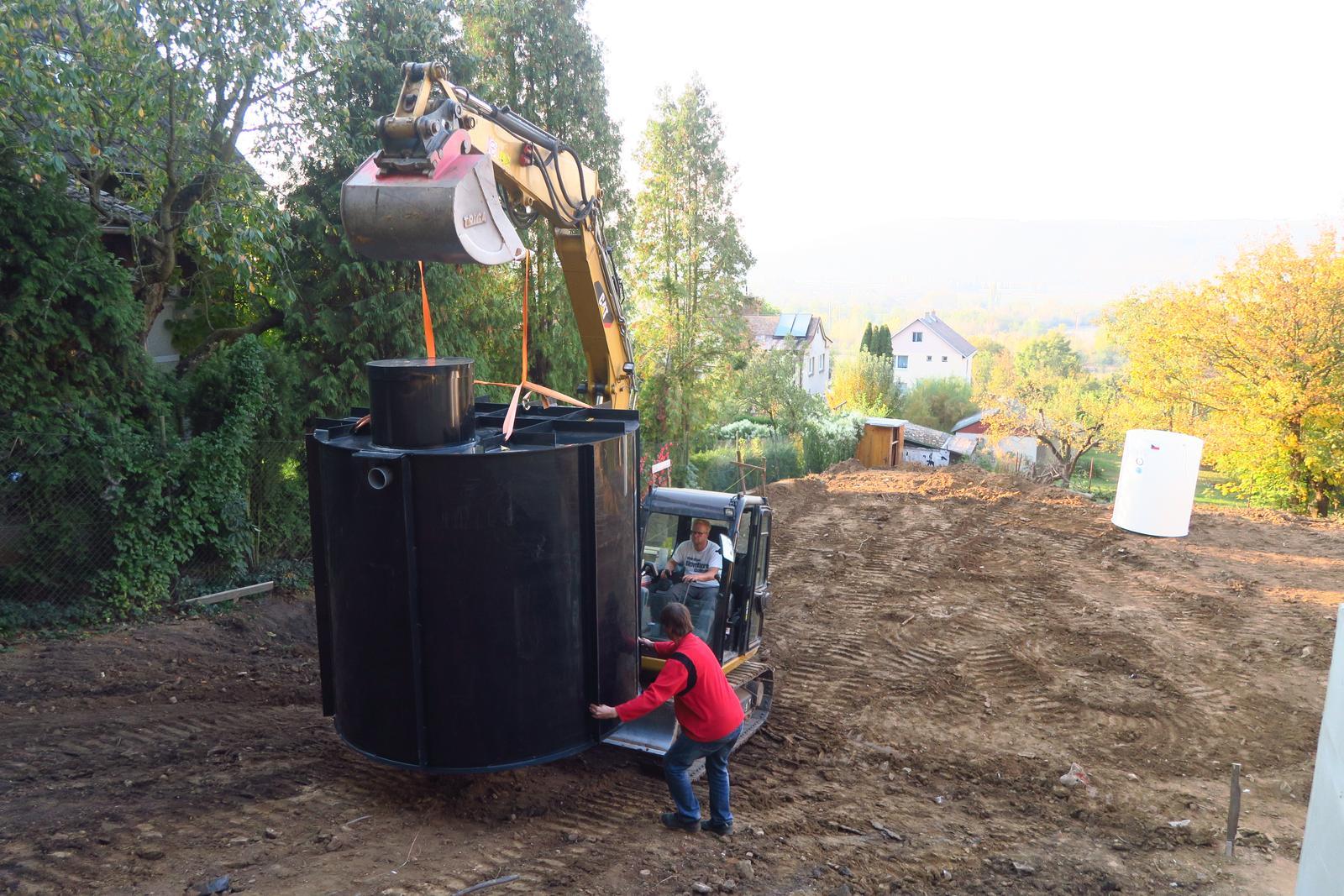Stavba našeho bungalovu ve svahu - Vody je málo, velká nádrž na dešťovku musí být
