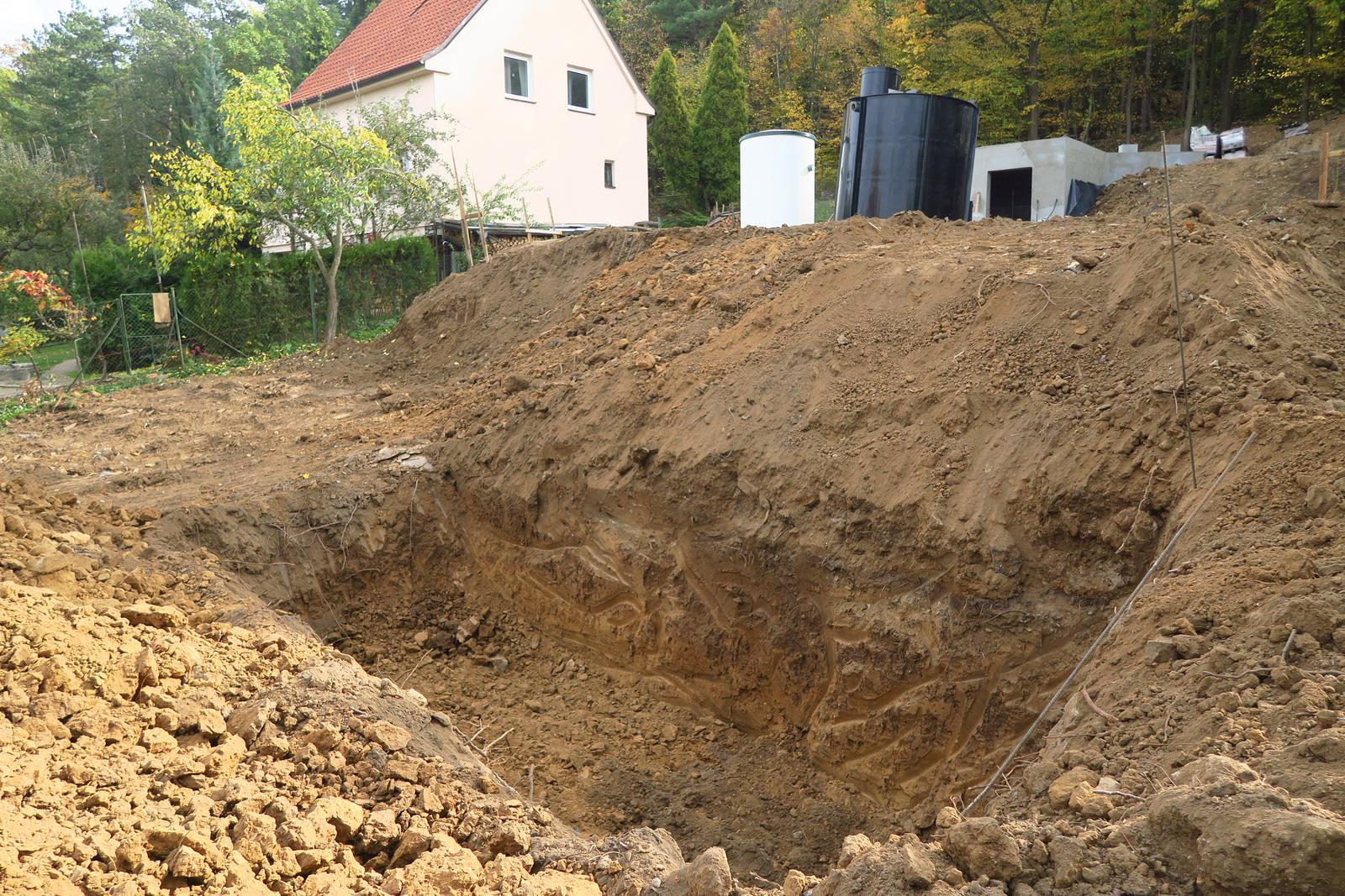 Stavba našeho bungalovu ve svahu - Rodinná hrobka :-D Až nás z toho klepne :-) Jinak vsak...