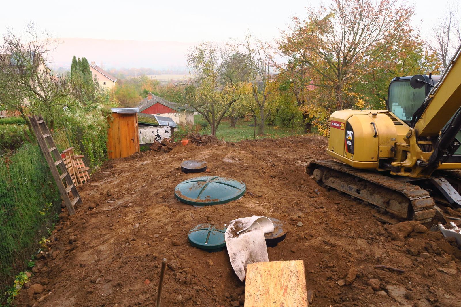 Stavba našeho bungalovu ve svahu - Uloženo, jen ty děsný poklopy :-/