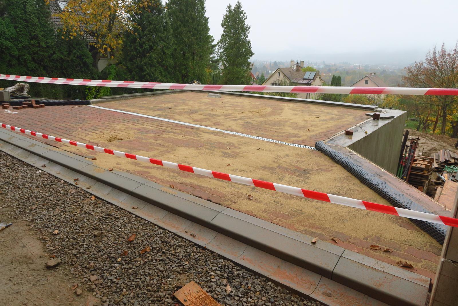 Stavba našeho bungalovu ve svahu - Náš soukromý heliport :-D