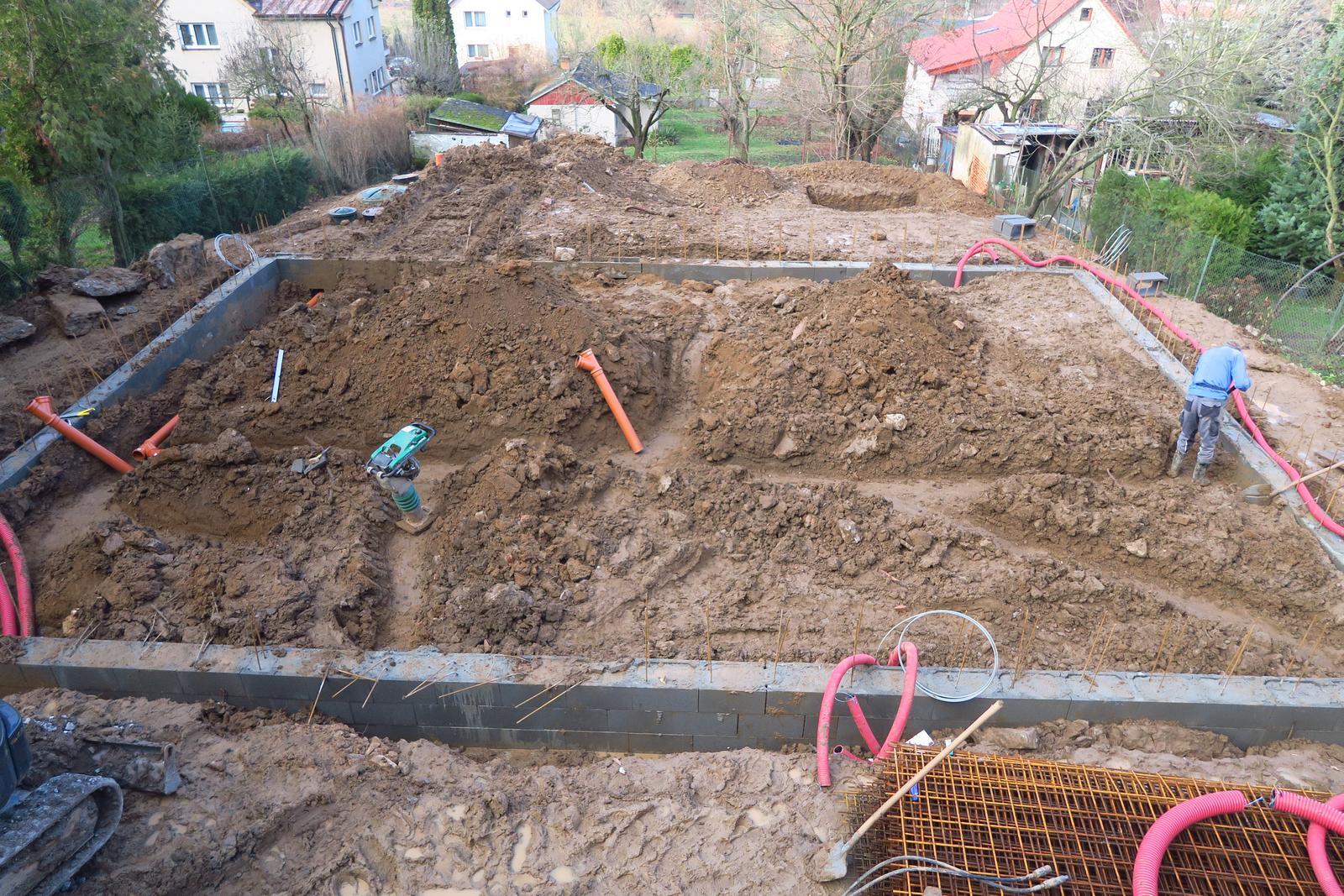 Stavba našeho bungalovu ve svahu - Obrázek č. 31