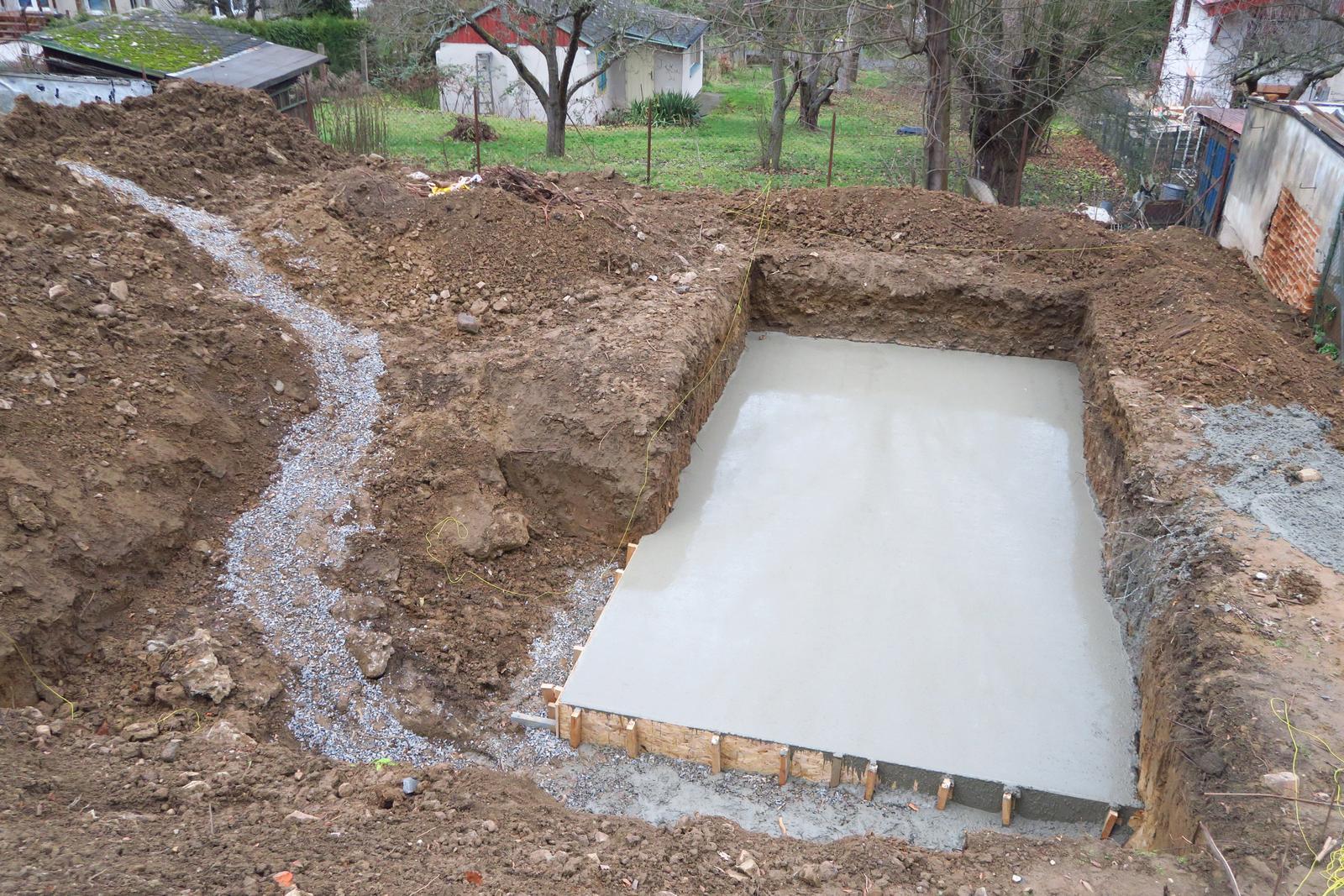 Stavba našeho bungalovu ve svahu - Bazén bude netradičně ještě dřív než barák, protože vzhledem k prostoru bychom ho tam pak dostali leda jeřábem....