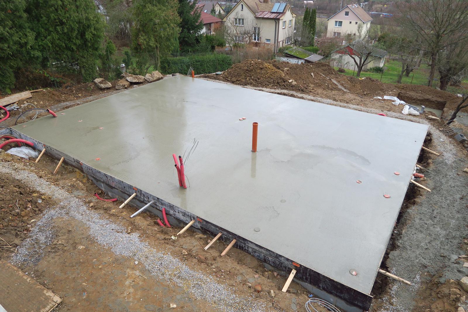 Stavba našeho bungalovu ve svahu - Bylo to napínavé, ale stihli jsme to do termínu předání i do zimy :-)
